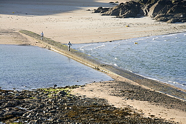 Path leading from St. Malo to Grand-Be island, St. Malo, Ille-et-Vilaine, Brittany, France, Europe