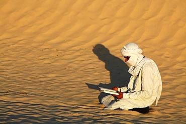 Beduin reading the Koran in the Sahara, Douz, Kebili, Tunisia, North Africa, Africa