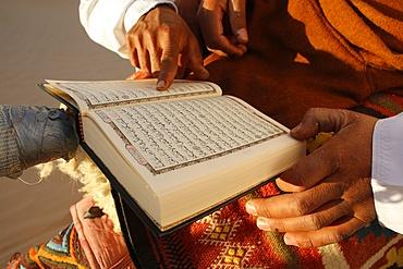 Tunisian Bedouin reading the Koran, Douz, Tunisia, North Africa, Africa