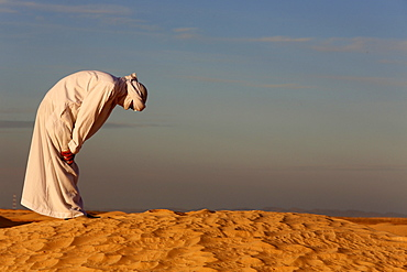 Bedouin praying in the Sahara, Douz, Kebili, Tunisia, North Africa, Africa