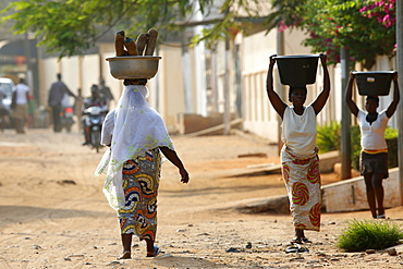 African women carrying large bowls on their heads, Lome, Togo, West Africa, Africa