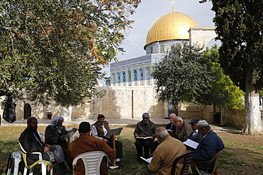 Palestinians reading the Koran outside Al-Aqsa mosque, UNESCO World Heritage Site, Jerusalem, Israel, Middle East