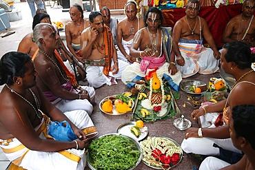 Puja ceremony, Hindu Brahmin priests, Sri Vadapathira Kaliamman Hindu Temple, Singapore, Southeast Asia, Asia
