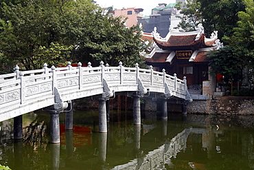 The stone bridge, Thuy Trung Tien Chinese Temple, Hanoi, Vietnam, Indochina, Southeast Asia, Asia