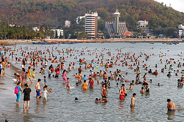 Sunday at the beach, Vietnamese families swimming in the South China Sea, Hang Dua Bay, Vung Tau, Vietnam, Indochina, Southeast Asia, Asia