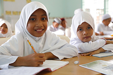 Nurunnaim Mosque, Muslim children learning at Islamic school, Phnom Penh, Cambodia, Indochina, Southeast Asia, Asia