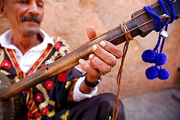 Gnawa musician sitting in a street in Marrakesh medina (old city), Marrakesh, Morocco, North Africa, Africa