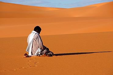Muslim man praying in the desert, Sebha, Ubari, Libya, North Africa, Africa