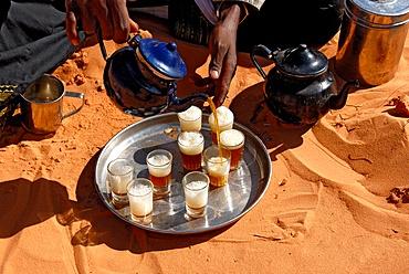 Tuareg pouring tea, Sebha, Ubari, Libya, North Africa, Africa