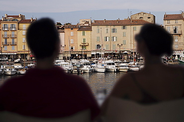 Couple in harbour side cafe bar, St. Tropez, Var, Provence, Cote d'Azur, French Riviera, France, Europe