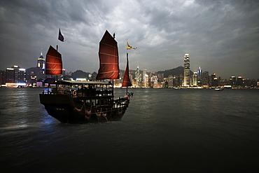 Chinese junk in Hong Kong harbour, Hong Kong, China, Asia