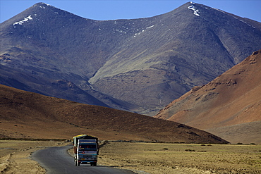 On the great plain of Ladakh, right before the Tanglang La mountain and pass, road from Manali to Leh, Ladakh, India, Asia