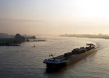 Frachtschiffe an der Waalbiegung, Nijmegen, Gelderland, Netherlands, Europe