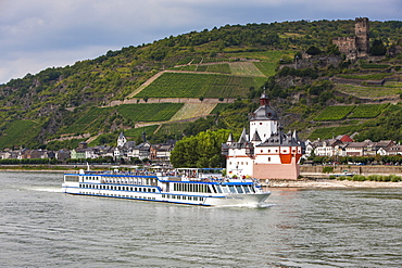Cruise ship passing the Mouse Tower of Bingen in the Rhine valley, Rhineland-Palatinate, Germany, Europe