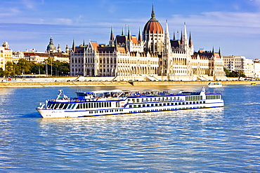Cruise ship passing the Parliament on the Danube, Budapest, Hungary, Europe