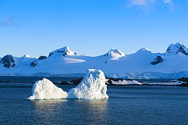 Lonely iceberg, Half Moon Bay, South Shetland Island Islands, Antarctica, Polar Regions