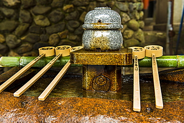 Water dipper in the Endless Red Gates of Kyoto's Fushimi Inarii Shrine, Kyoto, Japan, Asia