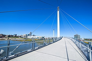Bob Kerrey Pedestrian Bridge crossing the Missouri River from Nebraska to Iowa, Omaha, Nebraska, United States of America, North America