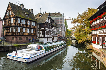 Tourist boats in the lock, the tanners' quarter, Petite France, Strasbourg, Alsace, France, Europe