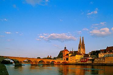 Steinerne Brucke (Stone Bridge), Cathedral in background, Regensburg, Bavaria, Germany