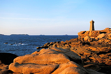 Pointe de Squewel, Ploumanac'ÄövÑv¥h ('Mean ruz' in breton) lighthouse, Cotes-d'Armor, Bretagne, France