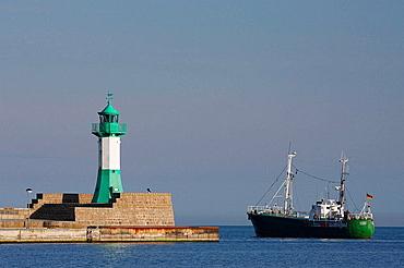 Fischkutter und Leuchtturm / Fishing boat and Lighthouse / Insel Rugen / Isle of Rugen, Deutschland, Germany