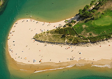 Vista general de la Playa de Oyambre, en el punto donde el mar y la Ria de la Rabia confluyen