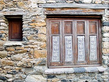 Ventanal en una casa de Benasque _ Huesca _ Pirineo Aragones
