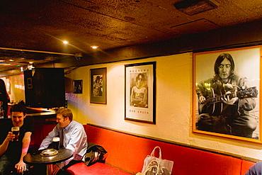Cavern Quarter, Mathew Street, Lennon Bar, people in the interior, Liverpool, England, UK