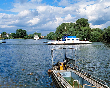 Germany, Seligenstadt, Main, Rhine-Main district, Hesse, river landscape, Main landscape, Main ferry, car ferry between Seligenstadt in Hesse and D-Kahl am Main and D-Karlstein am Main in Lower Franconia, Bavaria