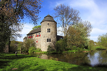 Germany, Ratingen, Anger, Schwarzbach, Bergisches Land, Rhineland, North Rhine-Westphalia, NRW, moated castle Haus zum Haus at the Anger, ditch, Middle Ages