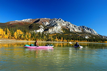 Kayaker padeln auf dem Alatna River, Herbst, Gates of the Arctic National Park, Alaska. Kayaker padeln auf dem Alatna River, Herbst, Gates of the Arctic National Park, Alaska