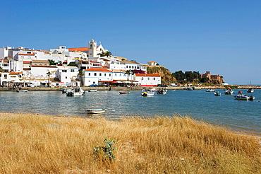 Fischerboote im Hafen von Ferragudo, Algarve, Portugal. Fischerboote im Hafen von Ferragudo, Algarve, Portugal