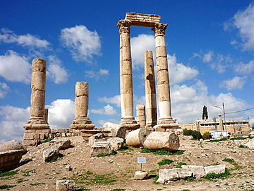 Ruins of the Citadel, Jebel lal-Qalaa, Qala hill, Coernthic columns of the roman Hercules temple at Citadel Hill in the capital city of the Hashemite Kingdom of Jordan, Amman, Middle East