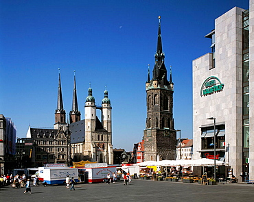 Germany, Halle (Saale), Saale, nature reserve Lower Saale Valley, Saxony-Anhalt, market place with Late Gothic market church Saint Mary and Red Town Tower, weekly market