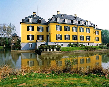 Germany, Hueckelhoven, Rur Valley, Lower Rhine, North Rhine-Westphalia, Hueckelhoven-Ratheim, manor house Hall in Ratheim, moated castle, mirror image, ditch