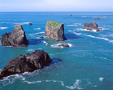 Off shore sea stacks form small islands, Arch Rock Viewpoint, Samuel Boardman State Park, southern coast, Oregon, USA