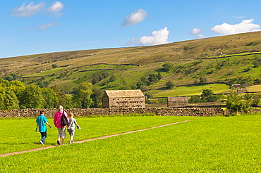 A family walking at Muker in Swaledale in North Yorkshire, England, Britain, Uk