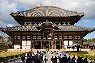Visitors approaching the Daibutsuden Great Buddha Hall, which is the largest wooden structure in the world, Todaiji Temple, Nara, Kansai Region, Japan