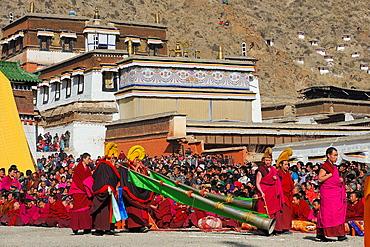 China, Gansu, Amdo, Xiahe, Monastery of Labrang Labuleng Si, Losar New Year festival, Opening ceremony, Telescoping trumpets bearers