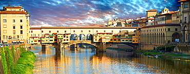 Panoramic view of the medieval The Ponte Vecchio ¥Old Bridge¥ crossing the River Arno in the hiostoric centre of Florence, Italy, UNESCO World Heritage Site