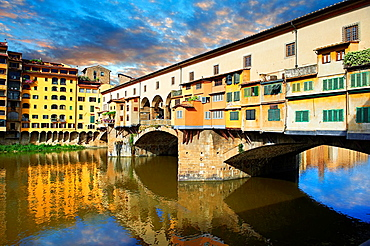 The medieval The Ponte Vecchio ¥Old Bridge¥ crossing the River Arno in the hiostoric centre of Florence, Italy, UNESCO World Heritage Site