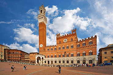 Palazzo Pubblico, build from 1325 to 1345 and 87 metres high tower of guildhall, Torre del Mangia at square Piazza del Campo, Siena, Tuscany, Central Italy, Italy, Europe