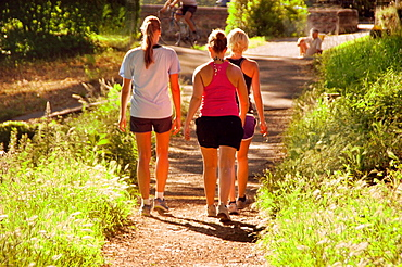 France-Midi Pyrenees, Garonne, Joggers on the canal de Brienne, at Toulouse.