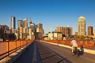 USA, Minnesota, Minneapolis, Stone Arch Bridge, morning