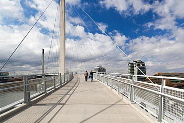 USA, Nebraska, Omaha, Bob Kerrey Pedestrian Bridge across the Missouri River