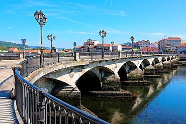 Puente de Santiago Bridge, Lerez River, Pontevedra, Galicia, Spain.