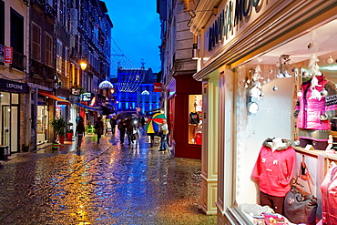 Rain, Christmas shopping, Bayonne, Aquitaine, Pyrenees-Atlantiques, Basque country, 64, France.