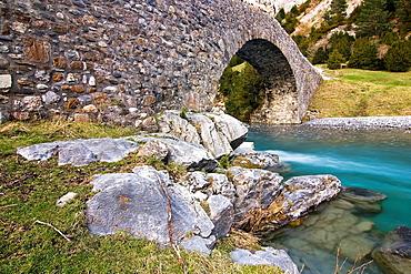 Medieval bridge over the River Ara, Bujaruelo Valley, Torla, Sobrarbe, Huesca, Aragon Pyrenees, Aragon, Spain, Europe