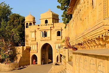 India, Rajasthan, Jaisalmer, Gadi Sagar tank, Tilon ki Pol gate.